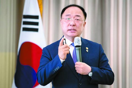 홍남기 경제부총리가 16일 서울 한국프레스센터에서 열린 미래경제문화포럼에서 '한국 경제·사회가 나아갈 길'을 주제로 강연하며 '전 국민 기본소득제' 주장에 대해 반대 입장을 밝혔다. [뉴스1]