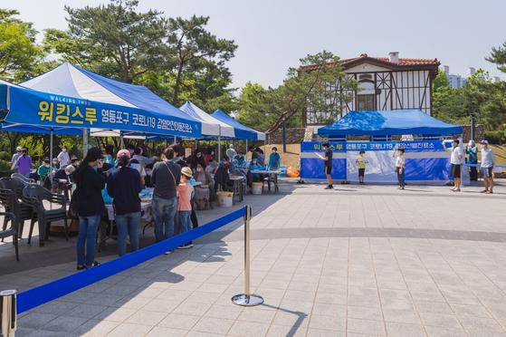지난달 여의도 소재 학원 확진자 발생과 관련해 서울 영등포구는 여의도 앙카라공원에 워킹스루 현장선별진료소를 설치해 검사받을 수 있도록 했다. [사진 영등포구]