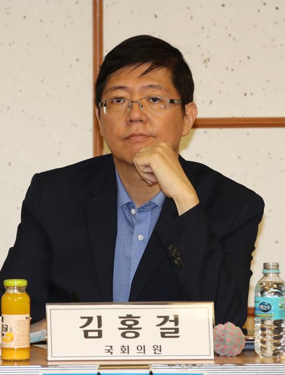 17일 오후 국회 의원회관에서 열린 긴급 전문가 간담회에 참석한 김홍걸 더불어민주당 의원. [연합뉴스]