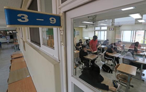 지난달 21일 대전시 한 고등학교에서 3학년 학생들이 올해 첫 대학수학능력시험 모의평가를 치르고 있다. 연합뉴스