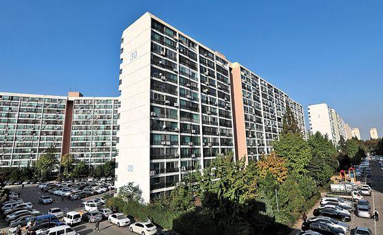 재건축 대장주로 꼽히는 서울 강남구 대치동 은마아파트 230여가구가 임대주택으로 등록돼 집 주인이 거주할 수 없다. 정부는 17일 발표한 부동산 대책에서 2년 이상 거주하지 않으면 분양 자격을 주지 않기로 했다.