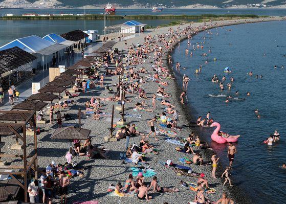 지난 11일(현지시간) 초여름 이상 고온 현상으로 러시아 남부 노보로스시스크시의 알렉시노 해변에 모인 사람들. TASS=연합뉴스