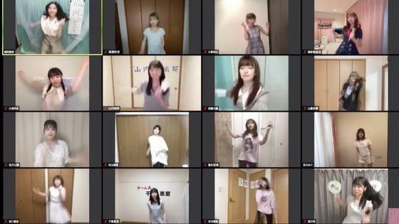 AKB48의 대표곡 중 하나인 찬스 노 준반(チャンスの順番)을 부르고 있는 멤버들 [유튜브 캡쳐]