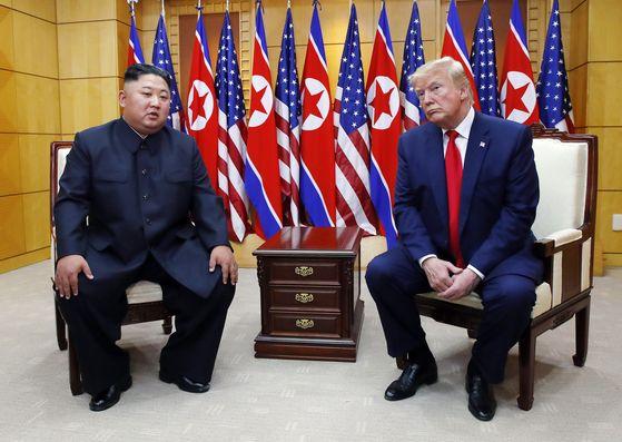 도널드 트럼프 미국 대통령과 김정은 북한 국무위원장이 지난해 6월 30일 판문점 자유의 집에서 북미 정상회담을 가졌다. 뉴시스