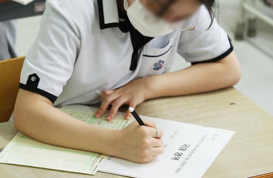 2021학년도 대학수학능력시험 모의평가가 실시된 18일 오전 경기도 수원시 천천고등학교에서 3학년 학생들이 시험 시작을 기다리고 있다. 연합뉴스