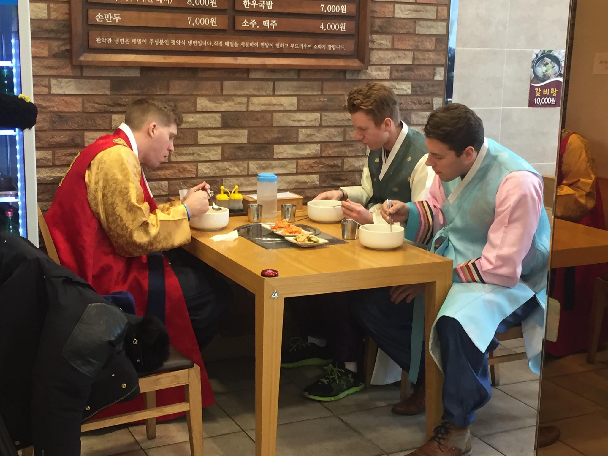 한복을 입고 팀동료들과 한식을 먹는 달튼(왼쪽). [사진 달튼]