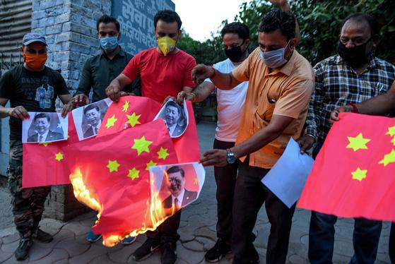 지난 17일 인도 암리차르에서 반중시위가 벌어져 시위대가 시진핑 중국 국가주석의 얼굴 사진과 중국 국기를 불태우고 있다. [AFP=연합뉴스]
