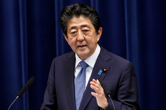 18일 저녁 아베 신조 일본 총리가 기자회견을 하고 있다. 아베 총리는 이날 회견에서 전수방위 원칙 위반 논란이 있는 '적 기지 공격 능력 보유'에 대해서도 논의하겠다고 밝혔다. [로이터=연합뉴스]