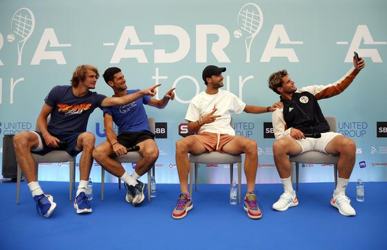 코로나19 이후 중단됐던 테니스 대회가 본격적으로 열린다. 지난 15일 조코비치가 주최한 친선 대회에 출전한 즈베레프, 조코비치, 디미트로프, 팀(왼쪽부터). [베오그라드 신화=연합뉴스]