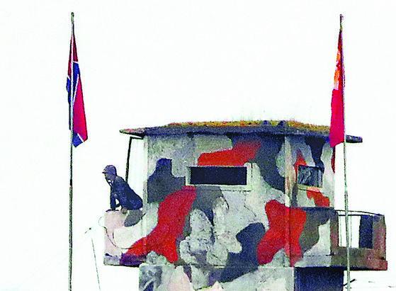 임진강 초소, 철모 쓴 북한군