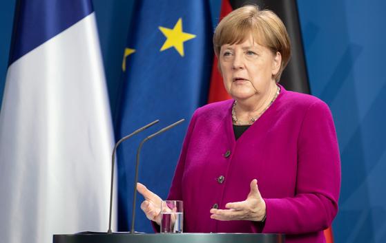 앙겔라 메르켈 독일 총리가 지난 18일 EU 회원국들의 공동 기금을 마련하자고 제안하고 있다. 이 방안에 네덜란드 등 4개국이 공개적으로 반발하고 나섰다. EPA=연합뉴스