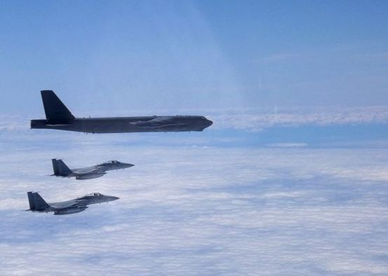 18일 미 태평양공군사령부가 지난 17일 동해상에서 한 해상 훈련 사진을 공개했다. 사진은 B-52H 폭격기(위)가 일본 항공자위대 F-15s 전투기 2대(아래)와 비행하는 모습.[PACAF]