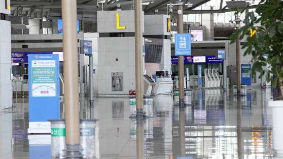신종 코로나바이러스 감염증(코로나19) 여파에 텅빈 인천국제공항 1터미널 출국장의 모습. [연합뉴스]