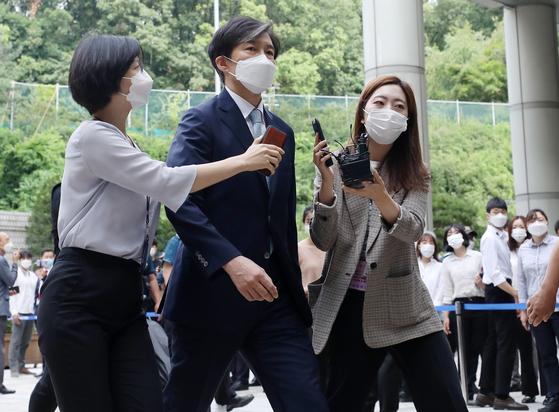 '유재수 감찰무마 혐의'를 받고 있는 조국 전 법무부 장관이 19일 서울중앙지방법원에서 열린 3회 공판에 출석하고 있다. [뉴스1]