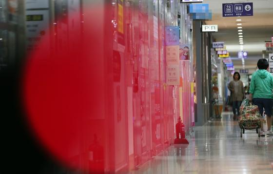 정부가 23일부터 서울 대치·삼성·청담·잠실 일대를 토지거래허가구역으로 지정하기로 하자 그 전에 집을 구매하려는 사람들의 문의가 폭증했다.사진은 서울 송파구 일대 공인중개사 사무소 밀집 상가. 연합뉴스
