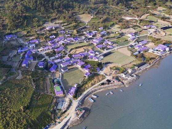 마을 전체를 보랏빛으로 단장한 전남 신안군 '퍼플섬'. [사진 신안군]