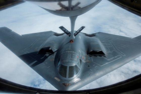 18일 미 공군 B-2 스텔스 폭격기가 영국 공군 공중급유기로부터 공중 급유를 받으며 대서양을 횡단해 비행했다. [미 공군]