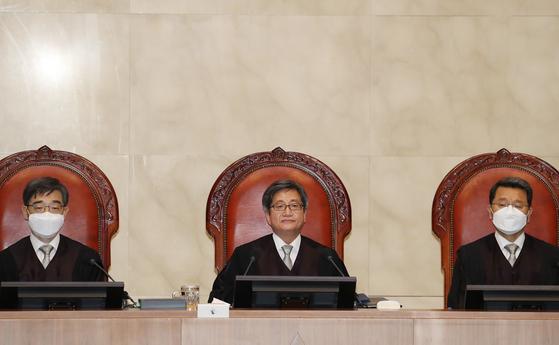 대법원 전원합의체 선고를 앞두고 김명수 대법원장(가운데) 등이 자리에 앉아 있다. [연합뉴스]