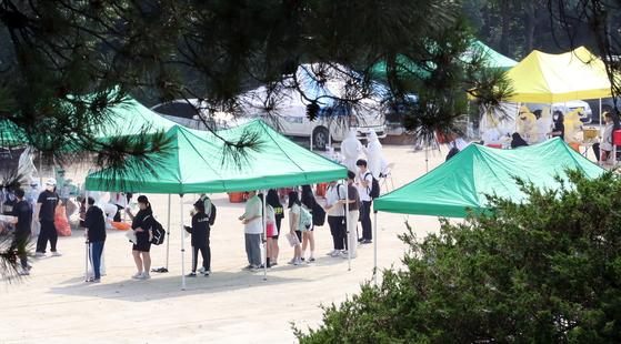 지난 16일 오후 경기도 이천시 이천제일고등학교에서 학생과 교직원들이 신종 코로나바이러스 감염증(코로나19) 검체 검사를 받고 있다. 뉴스1