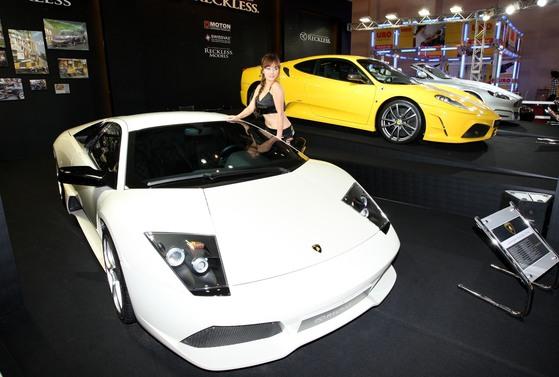 법인들의 슈퍼카 구매가 최근 급증했다. 사진은 2008부산국제모터쇼에 등장한 슈퍼카. [중앙포토]