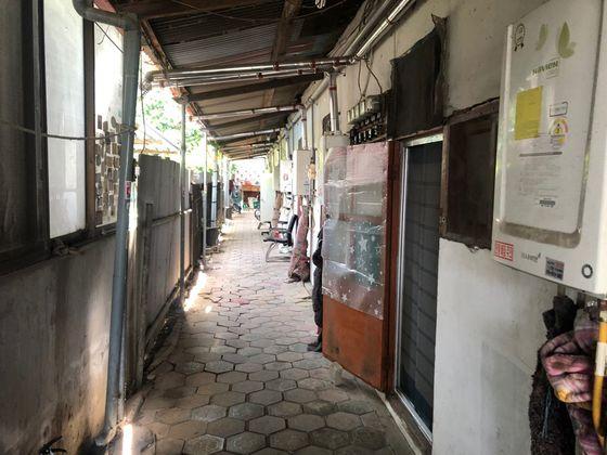 18일 경기도 수원시 권선구에 있는 쪽방촌. 더위를 식히려는 듯 한집의 문이 열려있다. 채혜선 기자