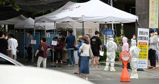 대전을 중심으로 코로나19 확진자가 무더기로 발생한 가운데 지난 18일 대전시 서구보건소를 찾은 시민들이 검사를 받기위해 차례를 기다리고 있다. 프리랜서 김성태