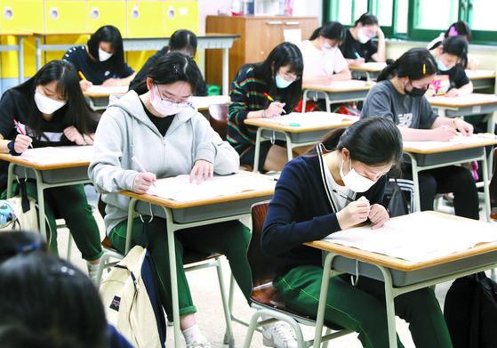 대학수학능력시험 모의평가가 치러진 18일 오전 인천시 남동구 신명여자고등학교 학생들이 시험을 보고 있다. 이번 모의평가에는 고3과 재수생 등 수험생 48만3000명이 지원했다. [뉴시스]