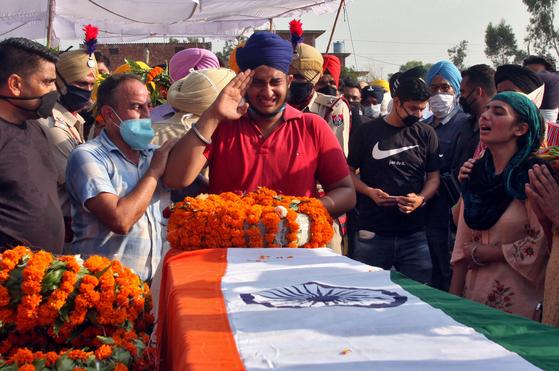 중국군과의 충돌로 숨진 인도군인의 아들이 지난 18일 아버지의 장례식에서 눈물을 흘리며 마지막 인사를 하고 있다. [로이터=연합뉴스]
