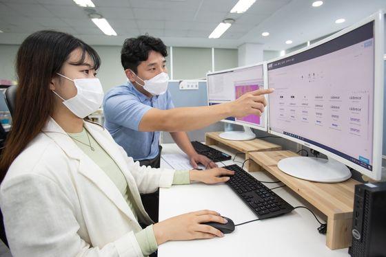 국내 팹리스 업체 '가온칩스' 직원과 삼성전자 직원이 '통합 클라우드 설계 플랫폼 '으로 칩 설계를 진행하고 있다. [사진 삼성전자]