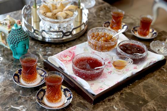 아제르바이잔식 다도. 아무리 더운 여름이라도 뜨거운 차를 마시는 게 아제르바이잔 스타일 이열치열이라고 한다. 각종 잼을 곁들인 과자와 함께 먹는다. 장진영 기자