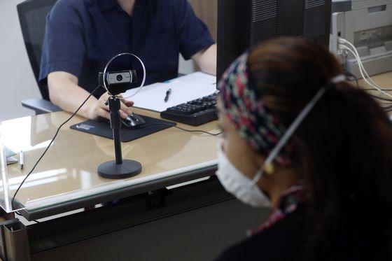 한 난민 신청인이 10일 서울 목동 서울출입국외국인청에서 난민 심사를 받고 있다. 심사 전 과정은 동영상 촬영이 된다. 김성룡 기자