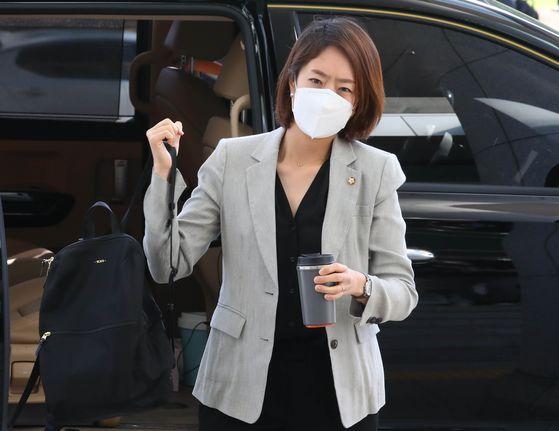 고민정 더불어민주당 의원이 지난 1일 서울 여의도 국회의원회관에서 21대 국회 첫 출근을 하고 있다. 뉴시스