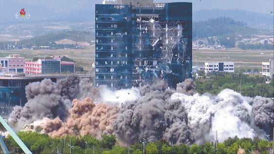조선중앙TV가 보도한 개성 남북공동연락사무소 폭파 장면. 뉴시스