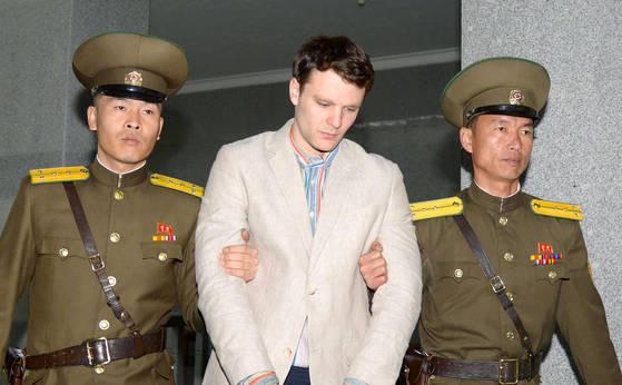 지난 2016년 3월 공개된 오토 웜비어(가운데)의 재판 사진. 북한최고재판소는 그에게 15년 노동교화형을 선고했다. [로이터]