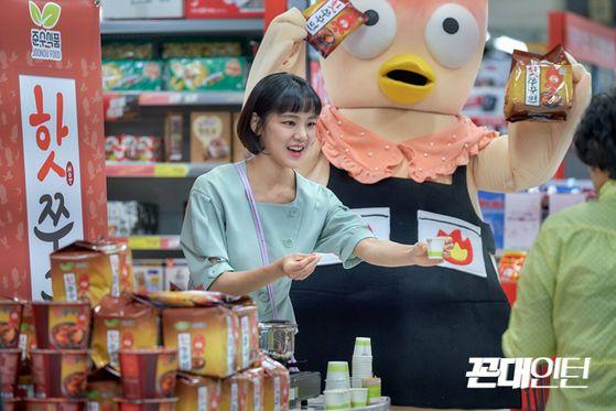 드라마 '꼰대인턴'에서 이태리 역을 맡은 한지은. 마트에서 핫쭈꾸면 시식을 권하고 있다. [사진 MBC]