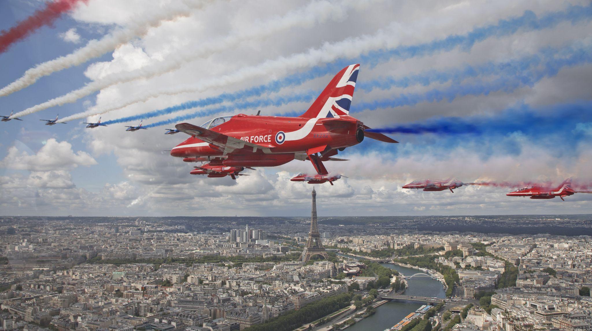 영국 공군 곡예 비행단 '레드 애로'와 프랑스 공군 특수 비행팀 '파트루이유 드 프랑스'가 18일(현지시간) 프랑스 파리 에펠탑 상공을 함께 날고 있다. [EPA=연합뉴스]