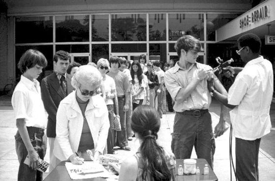 1976년 미국 정부가 돼지 인플루엔자 바이러스 유행을 우려해 전 국민 대상 백신 접종사업을 시작했다. 뉴저지주 주민들이 백신 주사를 맞기 위해 길게 줄을 서 있다. [사진 CDC]