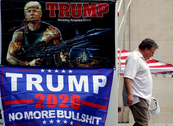 19일(현지시간) 도널드 트럼프 미국 대통령의 선거 유세가 예정된 오클라호마주 털사 카운티의 BOK센터 앞으로 한 남성이 지나가고 있다. 로이터=연합뉴스