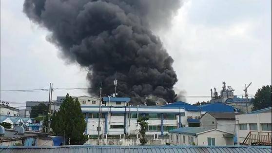 20일 오후 2시18분쯤 대전 대덕구 대화동 산업단지 내 업체에서 불이 나 검은 연기가 치솟고 있다. 연합뉴스