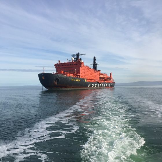 러시아의 핵추진 쇄빙선 승리50주년 기념호가 북극바다를 항해하고 있다. [사진 한국해양수산개발원]