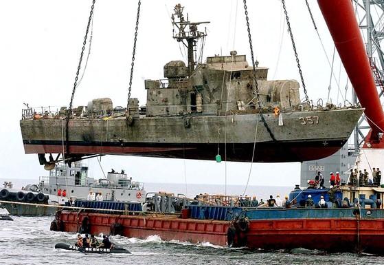 해군 해난구조대(SSU)가 2002년 6월 서해교전 당시 북한 경비정의 기습 공격에 격침된 해군 고속정 참수리 357호를 침몰 53일 만에 인양하고 있다. 사진공동취재단