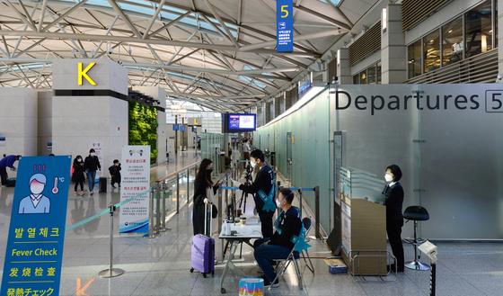 코로나19의 영향으로 공항이용객이 큰 폭으로 감소한 가운데 인천국제공항 보안검색대 앞이 한산한 모습이다. 연합뉴스