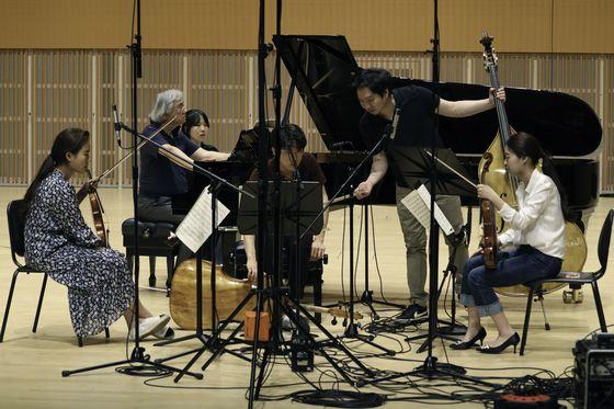 젊은 연주자들과 한 무대에서 실내악을 연주한 피아니스트 백건우. [사진 작가 준초이]