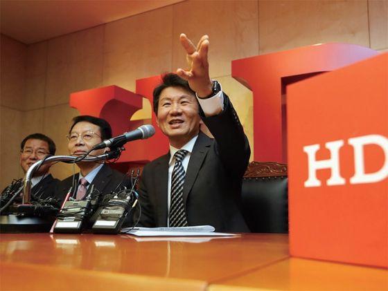 정몽규 HDC현대산업개발 회장(오른쪽)이 2019년 11월 아시아나항공 인수 발표를 하고 있는 모습. / 사진:연합뉴스