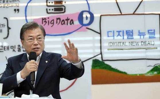 문재인 대통령이 18일 강원도 춘천에 위치한 빅데이터 플랫폼 운영기업인 더존비즈온을 방문, 데이터와 AI를 접목한 혁신 서비스를 개발하는 직원들과 차담회를 하고 있다. [연합뉴스]
