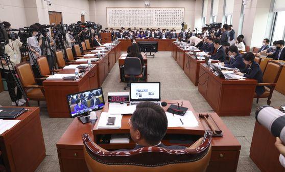 지난 18일 미래통합당 의원들이 불참한 가운데 국회 법제사법위원회 전체회의가 열리고 있다. 임현동 기자
