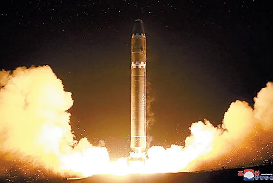 2017년 11월 29일 새벽북한이 사거리 1만3000㎞로 추정되는ICBM급 화성-15를 발사하는 모습. [조선중앙통신, 연합뉴스]