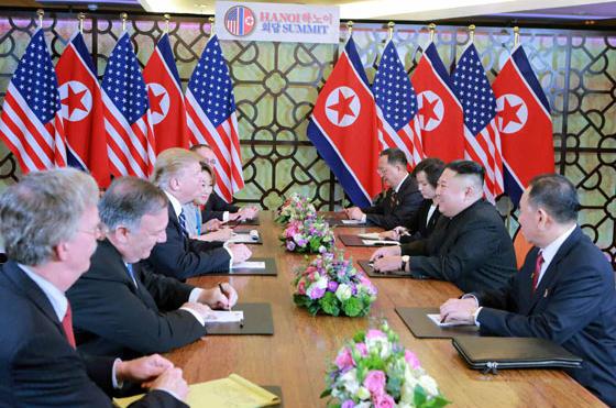 김정은 북한 국무위원장과 도널드 트럼프 미국 대통령이 지난해 2월 28일 베트남 하노이 메트로폴 호텔에서 단독회담, 확대회담을 했다고 노동신문이 1일 보도했다. [뉴스1]