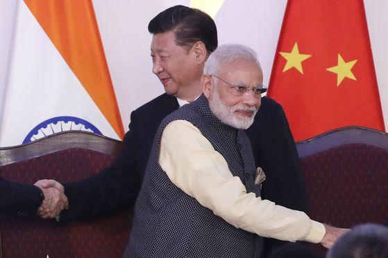 지난 2016년 10월 인도 고아에서 열린 브릭스 정상회담에서 시진핑 중국 국가주석(왼쪽)과 나렌드라 모디 인도 총리(오른쪽)가 악수를 마친 뒤 엊갈려 지나고 있다.[중앙포토]