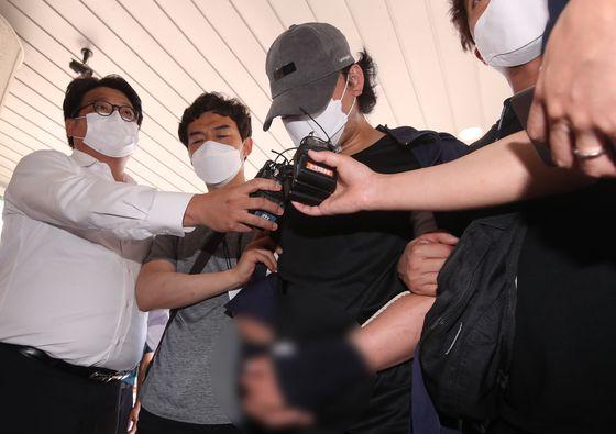 9살 의붓딸을 학대한 계부(35)가 15일 오전 영장실질심사(구속 전 피의자 심문)를 받기 위해 경남 창원지방법원 밀양지원으로 출석하고 있다. 뉴스1